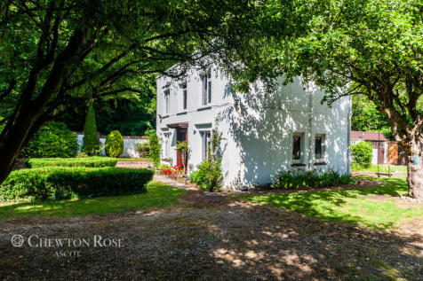 London Road, Littlewick Green. 4 bedroom country house