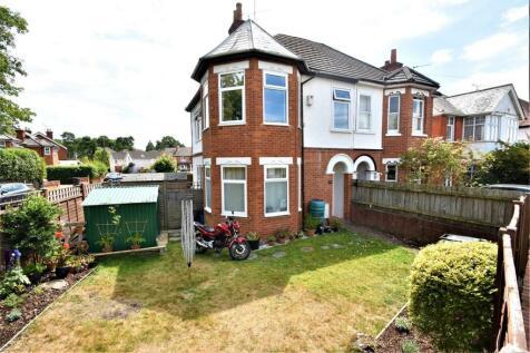 Gordon Avenue, CAMBERLEY, Surrey. 2 bedroom maisonette