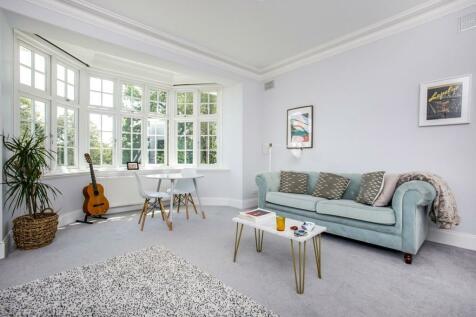 15 Portley Wood Road, Whyteleafe, CR3. 2 bedroom flat