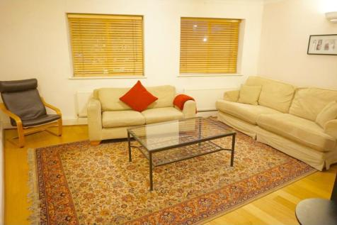 Grove Vale, London, SE22. 3 bedroom flat