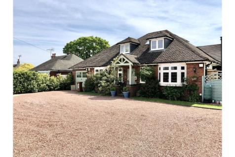 Main Road, Higher Kinnerton, Chester, CH4. 4 bedroom detached bungalow