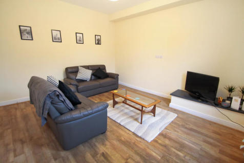 ALL BILLS INCLUDED - Bankfield Terrace, Burley. 4 bedroom end of terrace house