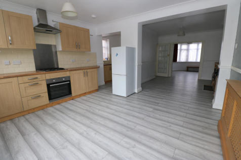 Maypole Crescent, Ilford, Essex, IG6. 3 bedroom terraced house