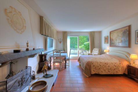 Lombardy, Brescia, Padenghe Sul Garda. 5 bedroom villa