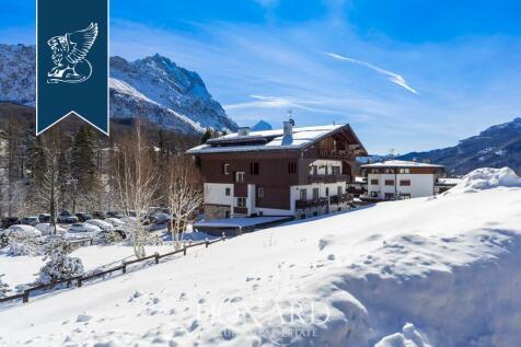 Veneto, Belluno, Cortina d`Ampezzo. 4 bedroom apartment for sale