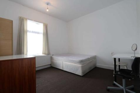 Room 2, Carmelite Road - 3 bedroom student home fully furnished, WIFI & bills included - NO FEES. 1 bedroom house share