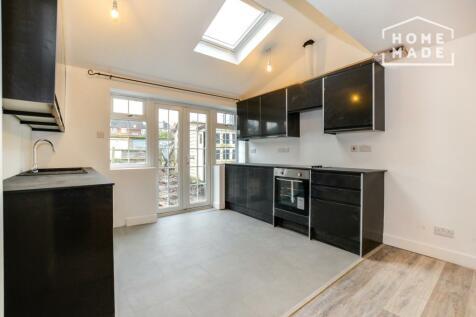 Lower Marsh Lane, Kingston, KT1. 2 bedroom ground floor flat