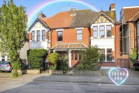 King Edward Avenue, West Dartford. 4 bedroom semi-detached house