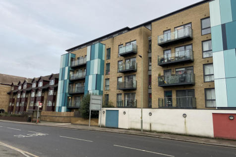 8 Homesdale Road, Bromley, Kent, BR2. 2 bedroom apartment