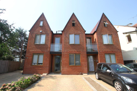 Valkyrie Road, Westcliff-On-Sea. 3 bedroom semi-detached house