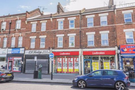 Mulberry Way, South Woodford, London E18. 2 bedroom flat