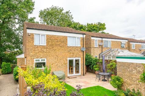 Sheringham Avenue, Stevenage, Hertfordshire, SG1. 3 bedroom detached house
