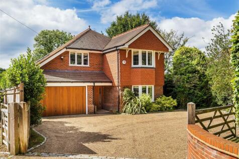 Guildford Road, Cranleigh. 4 bedroom detached house