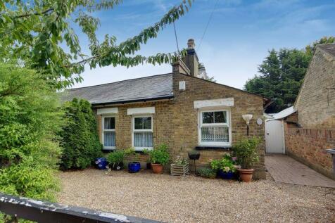 Hayes Lane, Kenley. 2 bedroom semi-detached bungalow