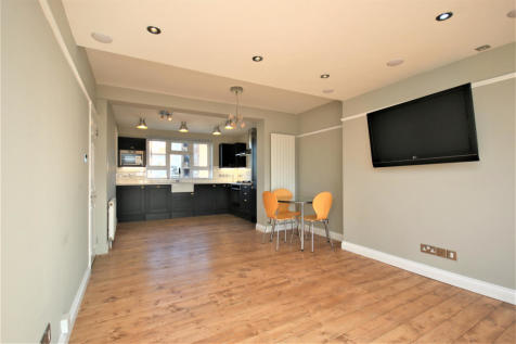 Queen's Drive, N4 2HL. 3 bedroom apartment