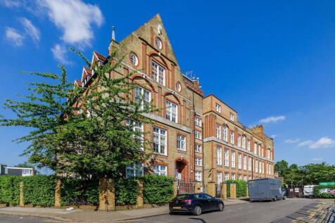 Este Road, Battersea, London, SW11. 3 bedroom flat