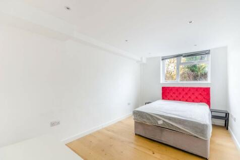 Balham High Road, Balham, London, SW17. 3 bedroom flat