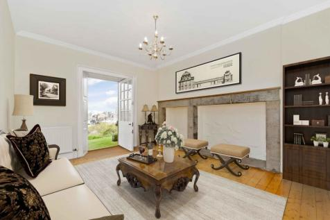 3b Ramsay Garden, Old Town, EH1 2NA. 2 bedroom flat for sale