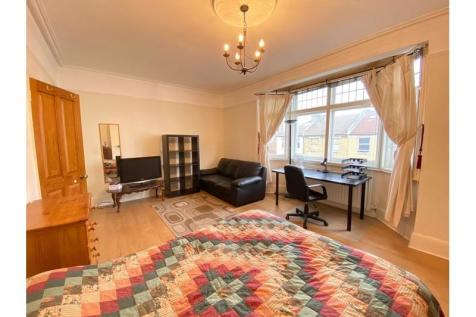 Fulham Palace Road, Hammersmith. 3 bedroom flat