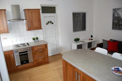 Trevelyan Street, Huddersfield, West Yorkshire, HD5. 5 bedroom terraced house