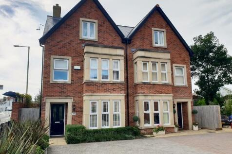 South Road, Porthcawl, South Glamorgan, Bridgend (County of), CF36. 4 bedroom semi-detached house