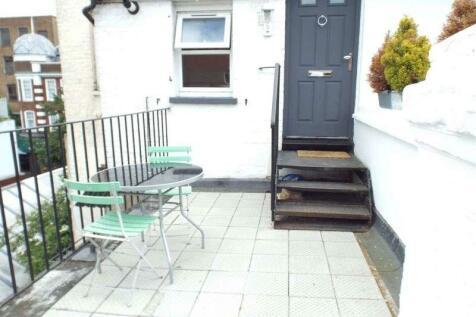 High Street, Sutton. 2 bedroom flat