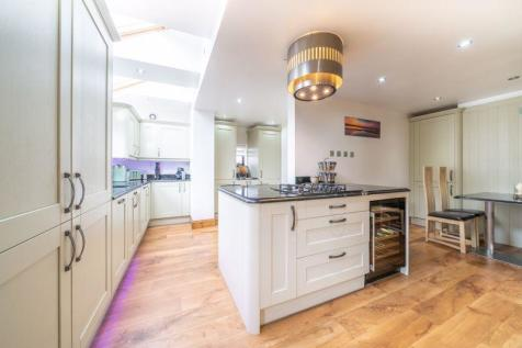 A charming detached and spacious family home. 5 bedroom detached house for sale