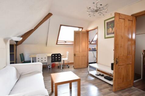 Flat 5, Little Heath, Charlton, SE7. 2 bedroom flat