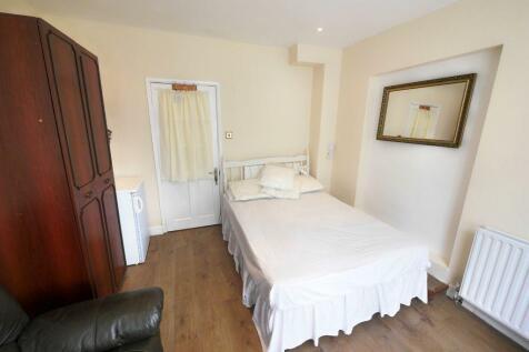 Swakeleys Road, Ickenham. 1 bedroom flat