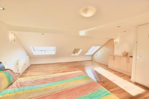 Ilford Lane, IG1. 4 bedroom maisonette