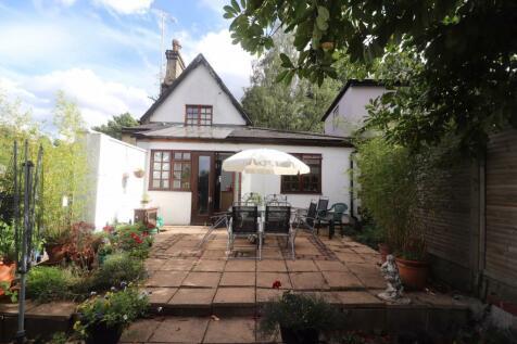 Salmons Lane, Whyteleafe, Surrey, CR3. 4 bedroom detached house