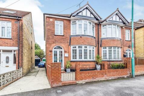 Cleave Road, Gillingham, Kent, ME7. 3 bedroom semi-detached house