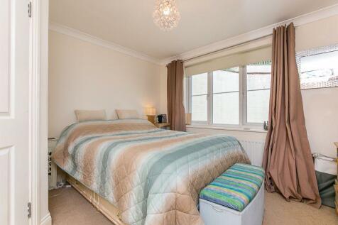 Godstone Road, WHYTELEAFE. 2 bedroom apartment
