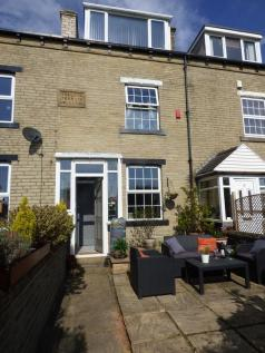 College Terrace, Halifax, HX1. 3 bedroom terraced house