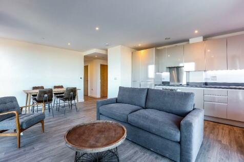 Sutton Plaza, Sutton, Surrey, SM1. 3 bedroom apartment