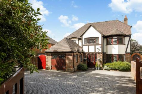 Guildford Road, Cranleigh. 3 bedroom detached house