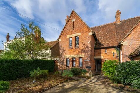 Church End, Haddenham, Aylesbury. 3 bedroom semi-detached house