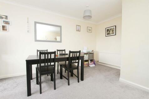 Crosier Road, Ickenham, UB10. 2 bedroom maisonette