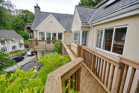 Ffrith. 4 bedroom detached house