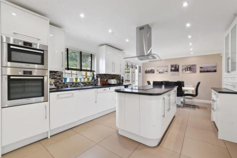Carew Way, Watford, Hertfordshire, WD19. 4 bedroom detached house for sale