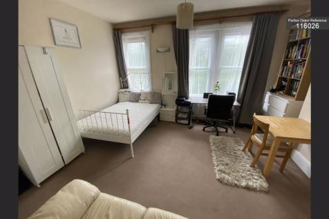 Station Road, East Grinstead, RH19. 3 bedroom flat share