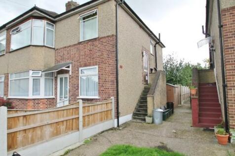 Walden Way, Chigwell, Essex, IG6. 2 bedroom maisonette