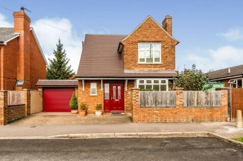 Grove Road, Stevenage. 3 bedroom detached house
