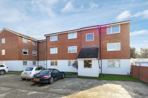 Droveway, Loughton, Essex, IG10. 2 bedroom ground floor flat