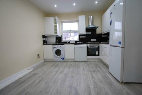 Boscombe Road, London, SW19. 3 bedroom flat