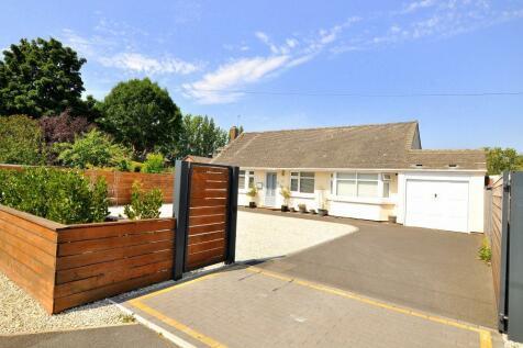 Northfield Road, Ringwood, BH24 1SR. 4 bedroom detached bungalow