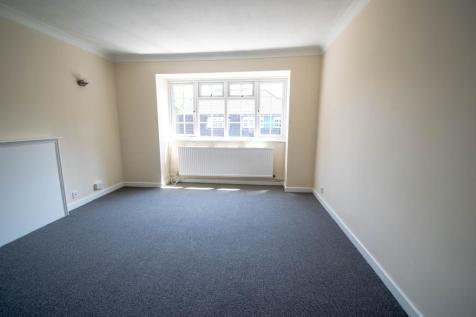 Woodside Court, The Common. 2 bedroom flat