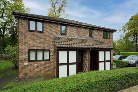 Heathbridge, Weybridge, KT13. 1 bedroom flat