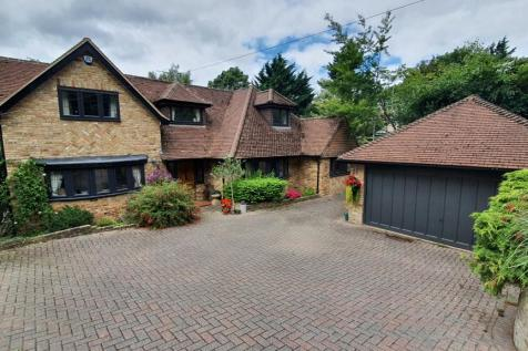 Lincoln Road, Chalfont St Peter. 4 bedroom detached house