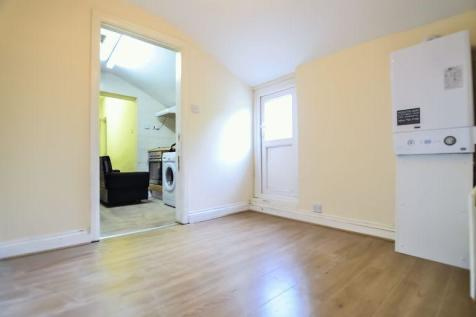Homerton High Street, Homerton E9. 3 bedroom flat